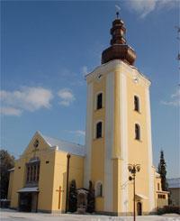 Pohľad z námestia na kostol Všetkých svätých