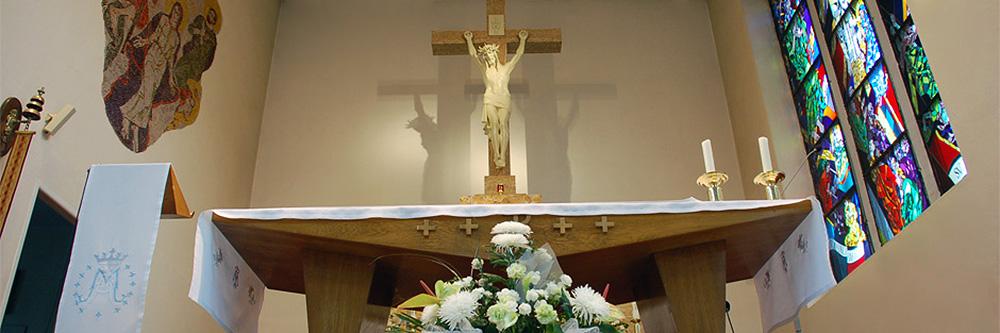 Obetný stôl s pohľadom na kríž